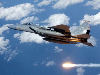 F-15 lanzando bengalas